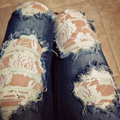 sobreposição de jeans e renda branca