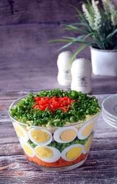 Myślę sobie, że taka sałatka śmiało mogłaby być ozdobą wielkanocnego stołu. Prezentuje się wg mnie bardzo elegancko. Nawet mój brat, który sałatek nie jada, powiedział, że na taką miałby ochotę;) Ta kolorowa sałatka smakowo jest inna od wszystkich, jakie znam. Nie jest to ani typowo puszkowa sałatka Salad Recipes, Healthy Recipes, Salad Dishes, Salad Bar, Mini Foods, Easter Recipes, Kitchen Recipes, Creative Food, Food Design