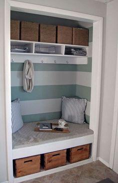 Вся функциональность прихожей расположена в нише вместо традиционного стенного шкафа для одежды.