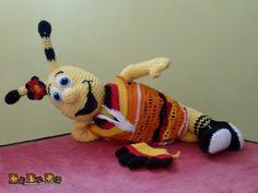 Sie kaufen hier die Anleitung von der kleinen Biene Ella, sowie der Deutschland-Tunika und ihrem Blümchen, natürlich darf der Winke Handschuh bei einem echten Fan auch nicht fehlen. Außerdem gehört eine Anleitung für das T-Shirt dazu, Für alle Fans