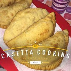 I pitoni messinesi sono una sorta di calzoni fritti il cui ripieno classico comprende indivia (scarola riccia) acciughe salate, pomodoro a cubetti, tuma (o formaggio filante)