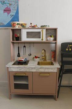 Ikea hack cuisine enfant customisation diy https://diabolomenthecitron.wordpress.com/2017/03/10/tuto-relooking-cuisine-ikea