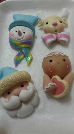 Creaciones Malena's media content and analytics Polymer Clay Ornaments, Sculpey Clay, Cute Polymer Clay, Polymer Clay Charms, Polymer Clay Christmas, Diy Christmas Ornaments, Christmas Decorations, Clay Projects, Clay Crafts