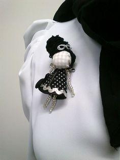 maramanufaktura / brošňa mini MARA /strieborno-čierno-biela/