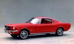 """S'il fallait élire LA plus belle voiture de l'histoire de Ford, il s'agirait sans conteste d'une Mustang des années 1960 dotée d'une carrosserie Fastback. Malgré le poids des années, cette """"pony car"""" reste l'une des voitures les plus convoitées de la planète."""