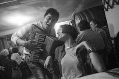 Ένα Σαββατιάτικο γλέντι στην πιο παλιά ταβέρνα της Αθήνας - POPAGANDA Greek Music, Street Photography, Greece, The Past, Articles, Black And White, Vintage, Photography, Greece Country