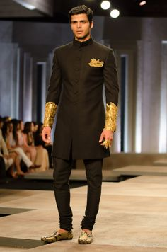 the men's looks from Shantanu and Nikhil India Bridal Fashion Week 2013 Men Indian Fashion, Fashion Men, Style Fashion, Fashion Models, Sherwani For Men Wedding, Wedding Men, Sherwani Groom, Mens Sherwani, Wedding Suite, Black Style