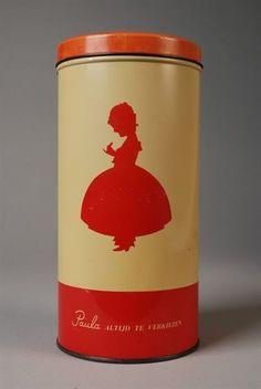 """Beschuitbus van bakkerij Paul C. Kaiser met rood silhouet meisje in wijde hoepelrok, beeldmerk Paula, en opschrift """"Paula altijd te verkiezen"""""""