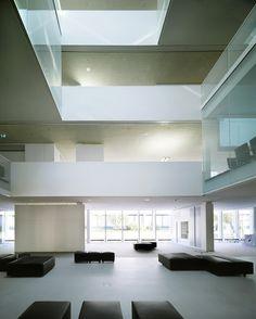 Office Building 200 / Nissen & Wentzlaff Architekten interieur kantoor wit horizontaal vide patio zitbank doorzicht gaanderij daklicht