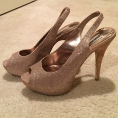 Steve Madden Rose Gold Glitter Peep Toe Pumps Steve Madden Rose Gold Glitter Peep Toe Pumps with Cork heel. About 1 inch platform in front, and 6 inch heel. Gently worn-small signs of wear. Great for a night out! Steve Madden Shoes Heels