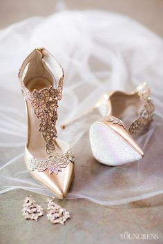 Bridal shoes in gold. Just beautiful for you on your big day. Bridal shoes made of gold. It's just your big day. Fancy Shoes, Pretty Shoes, Beautiful Shoes, Cute Shoes, Me Too Shoes, Beautiful Beautiful, Prom Heels, Wedding Heels, Wedding Gowns