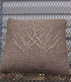 Подушка с узором из деревьев спицами
