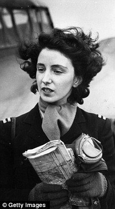 Women in WWII - Maureen Dunlop de Popp: a pioneering female pilot (world war II) became a cover girl sensation . proving women could be fearless as well as glamorous - and integral to the war effort. Ww2 Women, Military Women, Military Female, Great Women, Amazing Women, Female Pilot, Aviators Women, Fear Of Flying, Brave Women