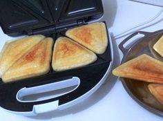 Pão de queijo de sanduicheira: um jeito muito rápido de fazer pão de queijo! Ingredientes 1 xícara de...