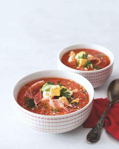 Studená polévka ze žhavé Cordoby zasytí a osvěží. Na rozdíl od známějšího gazpacha stojí její chuť především na rajčatech a je doplněná plátkem šunky. Gazpacho, Thai Red Curry, Soup, Ethnic Recipes, Soups