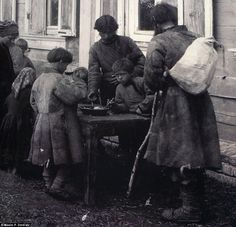 Children share a bowl of food in Bolshoi Murashkin in the early 1900s