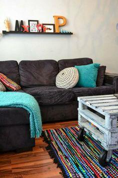 Ilta-Sanomien Ihana kodit -lukijakilpailun satoa. Tässä kodissa yhdistetään ihanasti uutta ja vanhaa. Sohvapöytä on tehty itse lavoista.