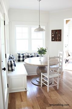 If you want to renovate breakfast nook corner, surely this design definitely make you fall in love. #breakfast #nook #ideas #farmhouse #design #decor #DIY #onbudget