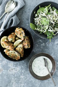 Recipe for fish cakes with quinoa, cabbage salad and yogurt dressing with ramson. Very tasteful and healthy dish. Fish Cakes Recipe, Cabbage Salad, Delicious Dinner Recipes, Healthy Dishes, Salmon Burgers, Quinoa, Brunch, Food And Drink, Pizza