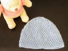 Bonnet bebe blé par Mes-tricots-et-astuces Bonnet naissance au point de riz et au point de blé. Taille naissance et aiguilles N°3. Fournitures : 1 pelote de laine du nord coloris bleu Aiguilles N°2,5 et 3. Echantillon : Pour un carré de 10cm X 10cm :... Bonnet Crochet, Crochet Baby Hats, Baby Knitting, Knit Crochet, New Baby Products, Knitwear, Beanie, Couture, Pattern