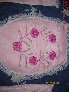 BORDADO DE LISTON ( juego de baño color rosa)