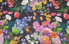 Gasa Estampada Flor, tejido con caída, finura y cierta transparencia. Tejido de gasa, en fondo negro y estampaciones florales. La gasa, es un tejido difícil de coser, debido a su ligereza y fácil deslizamiento a la hora de trabajar con él. Tejido utilizado para todo tipos de confecciones como; (blusas, faldas, vestidos, y para todo lo que busque vuelo.) Contamos con toda una gama de telas para la combinación de este tejido como: Lunar Bugambilia Floral Wreath, Wreaths, Painting, Home Decor, Art, Print Chiffon, Black Backgrounds, Florals, Sew