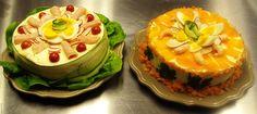 Hartige taart: vulling van pastinaakpuree, groenten en banaanpannenkoek. afgewerkt met mayonaise