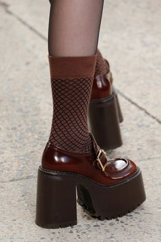 See all the Details photos from Marc Jacobs Autumn/Winter 2017 Ready-To-Wear now on British Vogue Sock Shoes, Cute Shoes, Me Too Shoes, Shoe Boots, 70s Shoes, 90s Platform Shoes, Shoes Heels, Trendy Shoes, Flats