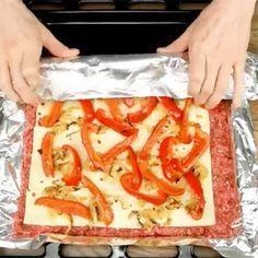 Læg kødfars fladt ud på en plade med ost ovenpå - et blik på slutresultatet Meat Recipes, Low Carb Recipes, Cooking Recipes, Minced Meat Recipe, Pizza Snacks, Scandinavian Food, Good Food, Yummy Food, Danish Food