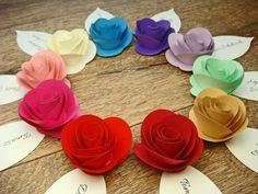 kolorowe różyczki z papieru na winietkach ślubnych jotstudio.pl