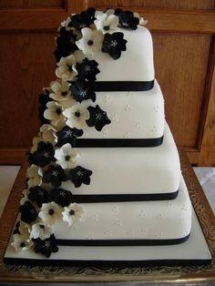 Torta con fiori bianchi e neri a cascata