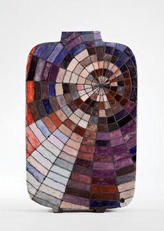 Ute Großmann.  Raku, weißer Steinzeugton, Glasuren, 1020°C, H: 47 cm