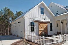13 Modern and Contemporary Garage Designs – Modern Home Country Farmhouse Decor, Modern Farmhouse, Farmhouse Style, Farmhouse Door, White Farmhouse, Design Garage, Fence Design, Door Design, Gazebo