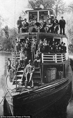 Tourists aboard the river steamboat Okeehumkee at Silver Springs, Florida. Hubbard Hart built the boat in 1873 for his Hart Line. He hired many African American men as captains and crew Vintage Florida, Old Florida, Florida Usa, Central Florida, South Florida, Florida Tourism, Clearwater Florida, Sarasota Florida, Old Pictures