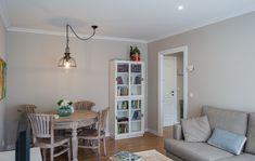 Enamora a tus clientes para vender o alquilar tu vivienda. Bookcase, Corner, Shelves, Home Decor, To Sell, Shelving, Decoration Home, Room Decor, Book Shelves