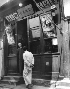 A gallery owner.   1948年3月,迎客的画室老板.