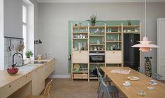 由斯洛維尼亞的建築事物所Kombinat改造的29坪公寓空間設計,拆除了原本的隔間,將能夠俯瞰街道的區域留給這間公寓的中心:工作室兼廚房,設計師首先以長型方桌為主角定調,無論在討論會議、多人共同工作、聊天用餐、煮食料理等場合,都能依照桌上道具的不同隨時改變功能性。