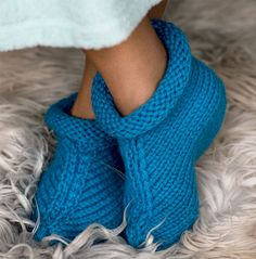 Kraftige hjemmesko med rullekant Bindi, Knitting Socks, Fingerless Gloves, Arm Warmers, Needlework, Knitting Patterns, Diy And Crafts, Slippers, Footwear