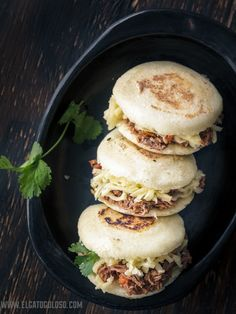 Arepas with beef, onion with cheese Cuban Recipes, Snack Recipes, Cooking Recipes, Snacks, Venezuelan Food, Food Branding, Good Food, Yummy Food, Comida Latina