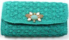 Fabrizzio Giannone está lançando uma linha cápsula de clutches de crochê em cores intensas com pedras brasileiras, sendo estas dolomita, ama...
