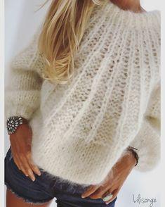 Este posibil ca imaginea să conţină: unul sau mai mulţi oameni Gilet Mohair, Mohair Sweater, Knit Fashion, Fashion Sewing, Crochet Cardigan Pattern, Knit Crochet, Gros Pull Mohair, Knitting Designs, Knitting Patterns