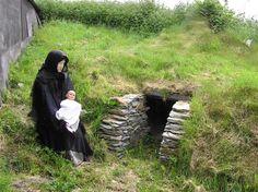 Vila da Fome Doagh. Uma mãe com uma criança nascida fora do casamento teria sido rejeitada por seus parentes e forçada a viver aqui.  Fotografia: Kenneth Allen.