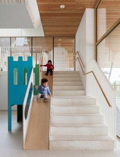 Los espacios infantiles están cada vez más adaptados a lo que ellos necesitan y a lo que les gusta. Ahora no solo se crean espacios pensando en el mundo de los adultos, sino que más bien hacen todo para que los peques se sientan bienen un mundo estimulante y a su medida. Este centro infantil …
