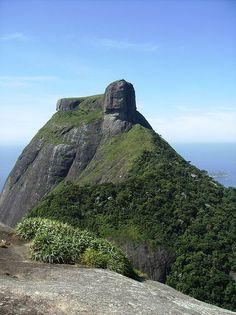No alto da pedra da Gávea, parece existir uma enorme escultura, que em grande…
