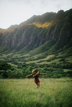 Kualoa Ranch, Oahu, Hawaii / Instagram @hbgoodie / ourgoodadventure.com / travel wanderlust inspo / tropical island photography / adventure hiking /
