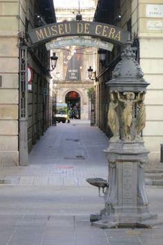#MuseoDeCera, en un edificio neoclásico del s. XIX que fue la sede de la Banca de #Barcelona, unicado al final de la Rambla. http://www.viajarabarcelona.org/museos-de-barcelona/museo-de-cera-de-barcelona/