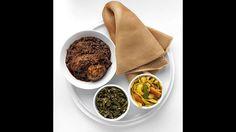 """Trommeln statt Blockflöte – Äthiopien.Wie für Russen markiert das Weihnachtsfest auch für Äthiopier das Ende der Fastenzeit und wird erst am 6. Januar gefeiert. Es wird mit einem ausgedehnten Festmahl zelebriert. Auf den Tisch kommt zum Beispiel das Nationalgericht """"Doro Wat"""", ein scharfer Hühnereintopf mit Eiern. Dazu wird traditionelles Sauerteigbrot gereicht, gegessen werden darf mit den Händen. In ihrer Heimat besuchen Äthiopier zuvor einen sechsstündigen Gottesdienst, bei dem sie weiße…"""