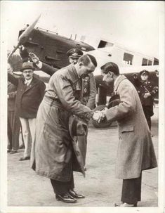 I came across this stunning photo of King Prajadhipok (Rama VII) of Siam visiting Germany on 6 July He was greeted by German leader Adolf Hitler. Hitler greets with King Prajadhiphok (Rama VII) Luftwaffe, Thailand, Rare Historical Photos, King Of Kings, Vietnam War, World War Ii, Old Photos, Vintage Photos, The Past