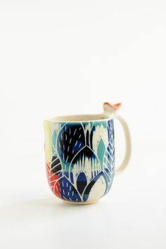 Tazade cerámica en alta temperatura, pintada y decorada a mano. Esmaltada por dentro y por fuera. Cada pieza es única y hecha a mano.
