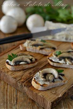 Crostini con funghi e gorgonzola Getting Hungry, Polenta, Bruschetta, Snacks, Buffet, Food Photography, Sandwiches, Appetizers, Healthy Recipes